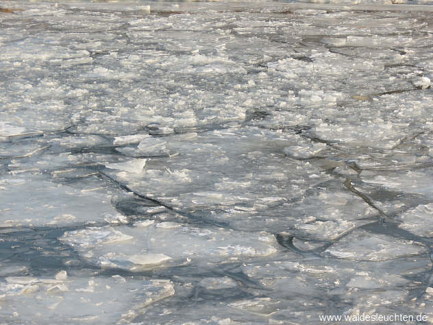 Eisschollen auf dem Main-Donau-Kanal